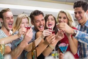 Приятели пийват на бара