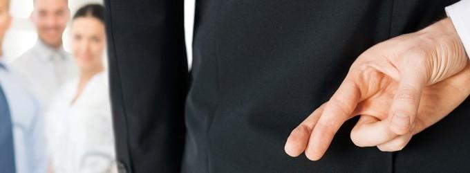 Мъж със скръстени пръсти