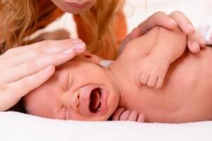 Майка успокоява плачещо бебе
